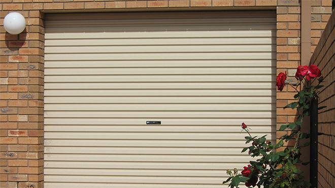So sánh cửa cuốn và cửa kéo? Nên sử dụng loại cửa nào thì tốt hơn?