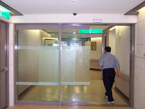 Lắp cửa tự động hay cửa kéo cho nhà mặt tiền thì an toàn hơn?